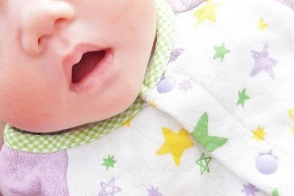 赤ちゃんの唇にできる「吸いだこ」