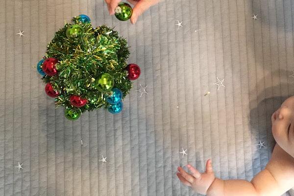 赤ちゃんとクリスマスツリー