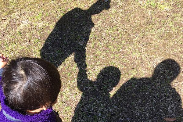 パパとママと赤ちゃんの影